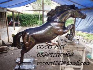 patung kuda liar tembaga kuningan